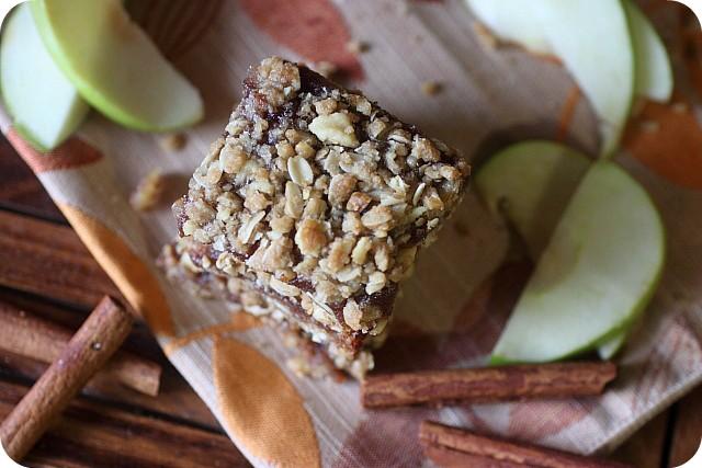 Apple Butter Bars w/ Walnut Oat Crumble {mind-over-batter.com}